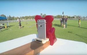 Chú gấu kẹo dẻo khổng lồ xả thân cứu iPhone và cái kết dễ đoán