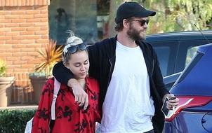 Liam Hemsworth khoác vai Miley Cyrus, dính chặt lấy nhau như hình với bóng