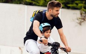 Pique giản dị đạp xe đưa con trai đi nhà trẻ