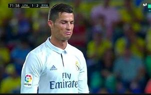 """""""Biểu tượng toàn cầu"""" Ronaldo cũng cần bờ vai của mẹ Dolores"""