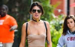 Kendall Jenner khoe vòng 1 táo bạo với áo màu nude trễ nải