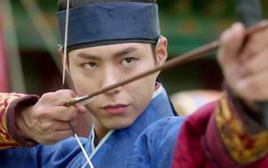 """Moonlight: Sau xạ thủ Kang Chul, đến Park Bo Gum chiêu mộ """"cung fan"""" bằng tài bắn cung thần sầu"""