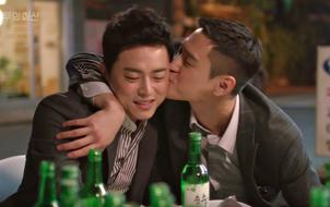 """""""Jealousy Incarnate"""": Jo Jung Suk được tên bạn thân """"thơm"""" má làm hòa cực ngọt"""