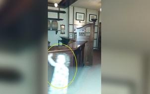 Bóng trắng bé gái đột nhiên ẩn hiện trong khung cảnh thư viện chỉ có 2 người