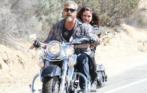 """""""Già gân"""" Mel Gibson vừa bắn súng vừa đua xe máy vù vù trong """"Blood Father"""""""