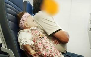 """Người đàn ông chịu chơi mua hẳn vé máy bay cho """"ái nữ"""" búp bê của mình đi du lịch"""
