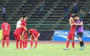 Cầu thủ U16 Việt Nam ôm mặt khóc nức nở sau loạt sút penalty với U16 Australia