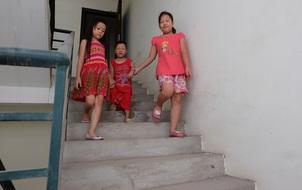Hà Nội: Nửa đêm cõng người đi cấp cứu bằng thang bộ vì tháng máy liên tiếp hỏng