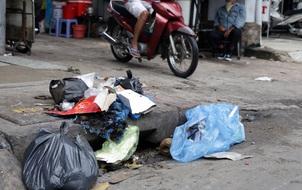Những đống rác lấp đầy miệng cống thoát nước ở Sài Gòn: Chúng ta không vô can!