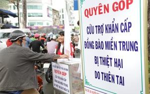 Người Sài Gòn cùng ra đường góp tiền ủng hộ bà con miền Trung bị lũ lụt