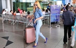 Hương Giang Idol xuất hiện với mái tóc vàng nổi bật ở sân bay