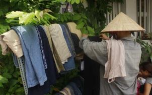 Phiên chợ vui vẻ ở Sài Gòn - Nơi người ta chỉ cần 3k để mua sắm, cắt tóc và chụp ảnh