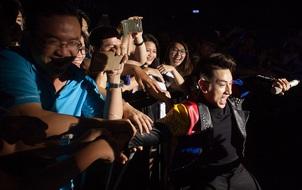"""Isaac """"méo mặt"""" vì bị khán giả lôi kéo khi đang biểu diễn"""