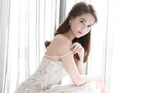 Ngọc Trinh khoe nhan sắc và thân hình gợi cảm với váy ren