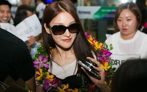 Cựu thành viên KARA thân thiện chụp hình, nhận quà từ fan tại sân bay Đà Nẵng