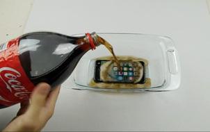"""Ngâm nước là chuyện nhỏ, iPhone 7 còn có thể """"lặn"""" trong Coca Cola tận 17 tiếng"""