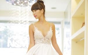 Hà Anh mặc váy cưới sexy, khoe nhẫn dính 90 viên kim cương