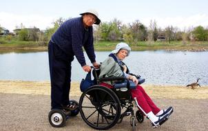 Cảm động cụ ông 78 tuổi đưa vợ đi khắp thế gian bằng xe điện tự cân bằng
