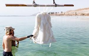 Chiếc váy bị ngâm dưới Biển Chết, 2 năm sau nó bỗng trở thành tuyệt tác pha lê lấp lánh
