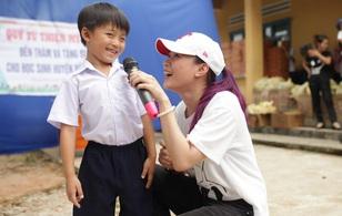 Mỹ Tâm nhiệt tình hát và giao lưu giữa trưa nắng phục vụ bà con nghèo