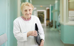 Người phụ nữ 87 tuổi này là bác sĩ phẫu thuật già nhất thế giới