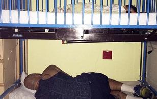 Người cha này nằm ngủ dưới giường của con trai, lý do đằng sau ấy sẽ khiến bạn phải rơi lệ