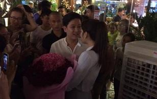 Kỉ niệm 1 năm yêu nhau, Trường Giang bất ngờ cầm hoa và bảng xin lỗi đã làm Nhã Phương khóc