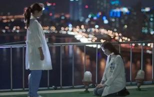 """""""Doctors"""": Lee Sung Kyung quỳ gối cầu xin Park Shin Hye"""