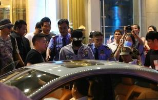 Clip: Bi Rain trở về khách sạn trong vòng vây nhiệt tình của fan Việt