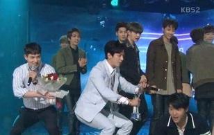 """Netizen: Sao CNBLUE có thể ẵm cúp với ca khúc """"làm ăn"""" chẳng ra sao trên BXH?"""
