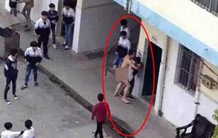 Thầy giáo khỏa thân quấy rối nữ sinh giữa ban ngày ở sân trường