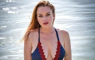 Vòng 1 xập xệ, da dẻ chảy nhão, Lindsay Lohan vẫn tự tin mặc áo tắm tạo dáng
