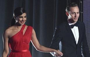 """Không """"chịu thua"""" Taylor Swift, Tom Hiddleston mau chóng tán tỉnh Cựu Hoa hậu Thế giới"""