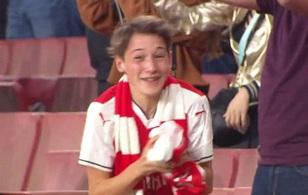Fan Arsenal mừng phát khóc vì được Ozil ném tặng áo