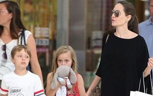 Cặp sinh đôi của Angelina Jolie lớn phổng phao, ngày càng giống bố mẹ