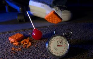 """Quên """"quy tắc 5s"""" đi - vi khuẩn có thể tấn công thực phẩm rơi xuống sàn chưa đầy 1s"""