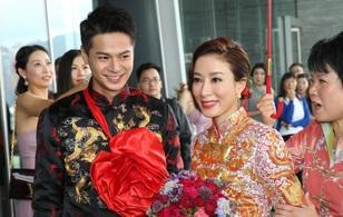 """""""Ảnh hậu TVB"""" Dương Di đeo vàng kín tay, cùng tình trẻ kém 5 tuổi rạng ngời trong ngày cưới"""