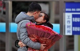 """Những nụ hôn tạm biệt ở ga tàu Trung Quốc mùa """"về quê ăn Tết"""""""