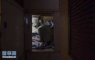 Cuộc sống trong những căn nhà siêu nhỏ của người nghèo Hồng Kông dịp Tết