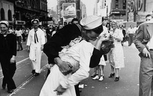 """Người phụ nữ trong bức ảnh nổi tiếng """"nụ hôn tại Quảng trường Thời đại"""" đã qua đời"""