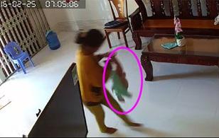 Vợ chồng trẻ hốt hoảng khi xem camera phát hiện người giúp việc bạo hành con trai 8 tháng tuổi