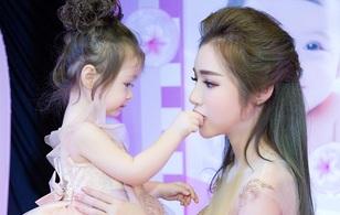 Bé Mộc Trà diện đầm đôi, lần đầu xuất hiện cùng mẹ Elly Trần tại sự kiện