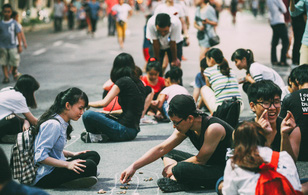 Gặp gỡ nhóm bạn trẻ mang trò chơi dân gian đến giữa lòng phố đi bộ ở Hà Nội