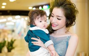 Con trai Elly Trần ngoan ngoãn khi lần đầu được mẹ bế đi sự kiện