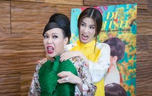Diễm My 9x nhe răng, trợn mắt bóp cổ Việt Hương giữa họp báo