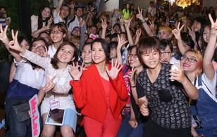 Hồ Hạnh Nhi hớp hồn với nhan sắc xinh đẹp, cười hết cỡ khi chụp hình với fan Việt