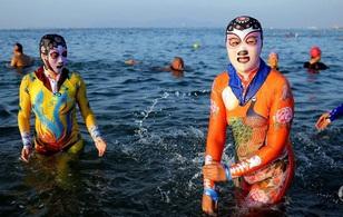 Trông buồn cười nhưng bộ sưu tập áo tắm ninja kinh kịch đang cực hot tại Trung Quốc