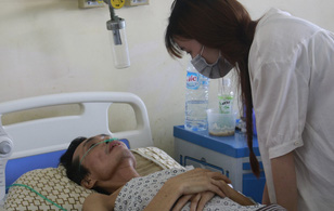 Hoàn cảnh éo le của nữ sinh 21 tuổi trường Báo mồ côi mẹ, bố nguy kịch vì ung thư