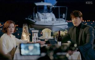 Uncontrollably Fond: Kim Woo Bin cầu hôn phụ nữ khác trước mặt Suzy