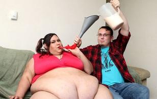 Không thích hình mẫu cò hương, chàng trai dùng phễu bón ăn để bạn gái trở nên gợi cảm, mập mạp nhất thế giới
